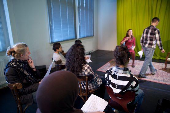 """24 december 2009, rotterdam, onafhankelijk toneel rotterdam ontvangt leerlingen van de Hugo de Groot school voor een workshop toneel en drama n.a.v. het stuk """"Drenkeldoden"""" met o.a. Beppie Melissen"""